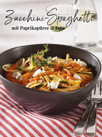 Rezept - Zucchini-Spaghetti mit Paprikapüree & Feta - Simply Kreativ Thermomix® Diät Special 01/2019