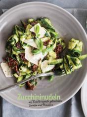 Rezept - Zucchininudeln mit Basilikumpesto getrockneten Tomaten und Parmesan - Simply Kochen Sonderheft Nudeln