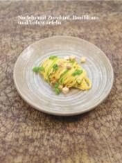 Rezept - Nudeln mit Zucchini, Basilikum und Tofuwürfeln - Healthy Vegan Sonderheft - Vegan Jahrbuch