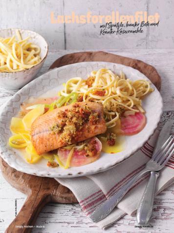 Rezept - Lachsforellenfilet mit Spätzle, bunter Bete und Kräuter-Käsecrumble - Simply Kochen Nudeln 04/2020