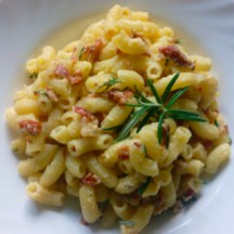 This recipe for Pasta Carbonara is done in just 15 minutes, and is made out of the staple ingerdients that we all keep in our fridge and pantry on the regular basis. Try this recipe! You will love it! | Healthy Food Recipes | simplyanchy.com