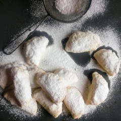 Do you ever think that it would be great to throw a tea party? Well if you make these tea cakes everyone would love to come to the party! These tea cakes are amazingly soft and so delicious! Try the recipe now, or save it for later! | #teacakes #teaparty #teapartyrecipe | Healthy Food Recipes | simplyanchy.com