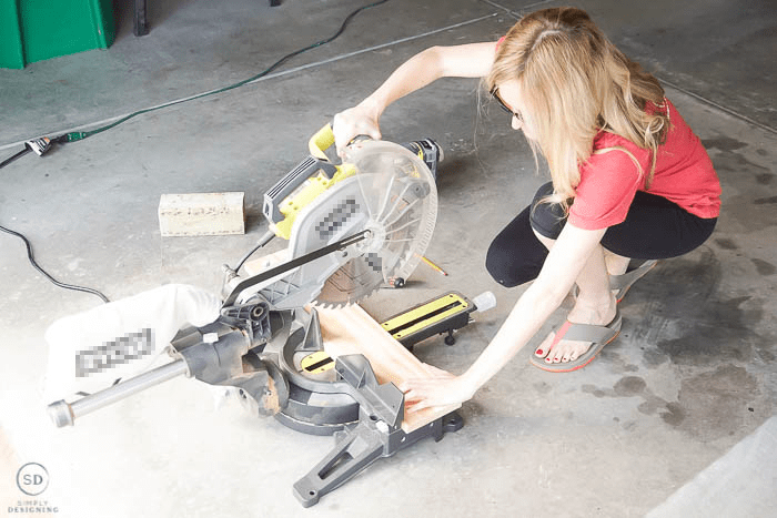 cut wood with compound miter saw