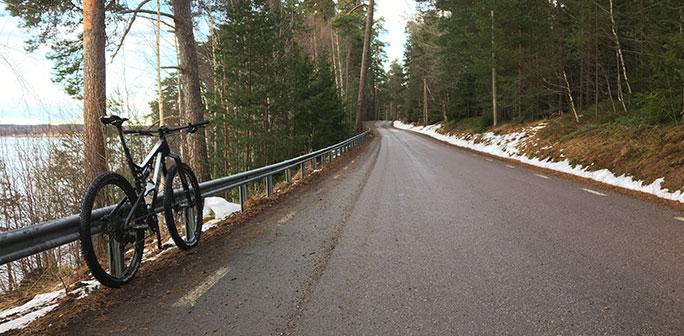 Cykel vid en väg