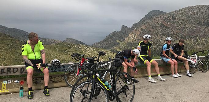 Cyklister vilar på toppen