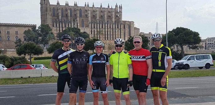 Cyklister framför katedralen i Palma