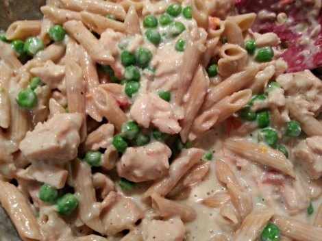 Tuna, peas and noodles with sauce