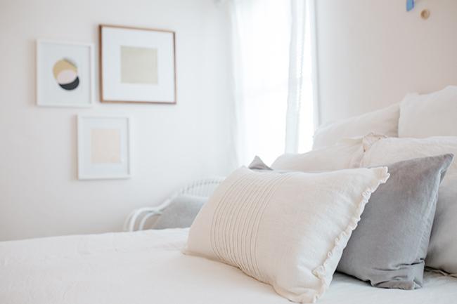HOW TO ORGANIZE AN APARTMENT USING THE KONMARI METHOD // Mari Kondo // pretty apartment decor // white bedroom details // minimalist style // Quotes // SimplySpaced.com