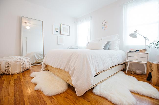 HOW TO ORGANIZED AN APARTMENT USING THE KONMARI METHOD // pretty apartment decor // pink & aqua interiors // white interiors // bedroom interior design // SimplySpaced.com