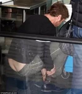 Gerard Butler muestra la cola en el aeropuerto - Fotos