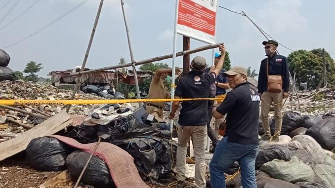 Penyidik dari Kementerian Lingkungan Hidup dan Kehutanan (KLHK) menyegel Tempat Pembuangan Sampah Ilegal, di Bogor. Penyegelan telah dilakukan pada Rabu 21 Mei 2019 lalu.