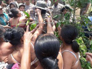 Aksi Buka Baju Ibu-Ibu dan Nenek-Nenek di Desa Sigapiton Tobasa Menolak Perampasan Tanah Wargadan melawan kekerasan aparat.