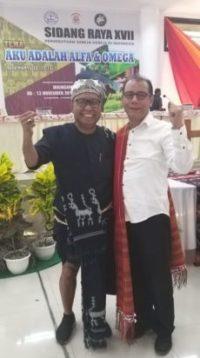 Pendeta Saut Hamonangan Sirait (Pakai Ulos) bersama Pendeta Albertus Patty, di arena Sidang Raya XVII Persekutuan Gereja-Gereja di Indonesia (PGI), Gereja Payeti, Waingapu, Tanah Humba, Sumba Timur, Nusa Tenggara Timur (NTT). Yang berlangsung pada 8 November 2019 hingga 13 November 2019.