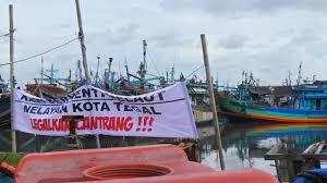 KKP Dinilai Hanya Pro Kepada Pengusaha, Nelayan Indonesia Tolak Kapal-Kapal Cantrang. Foto: Ilustrasi Nelayan Tolak Kapal Cantrang. (Net)