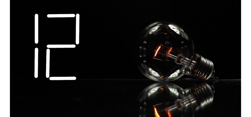 Eine erlöschende Glühbirne mit einer Nummer 12 daneben.