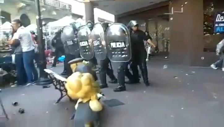 [VIDEO] POLICÍA DE RODRIGUEZ LARRETA GASEA A TURISTAS Y ARTESANOS EN SAN TELMO