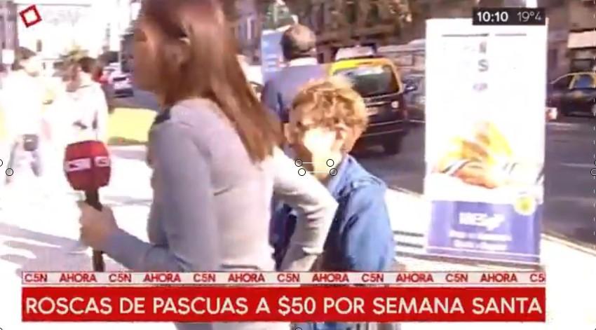 [VIDEO] PERIODISTA CONMOVIDA LE COMPRA UNA ROSCA A JUBILADA