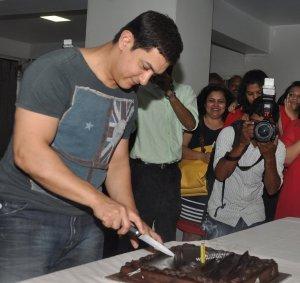 49 वें जन्म दिन पर अपने घर पर केक काटते आमिर।