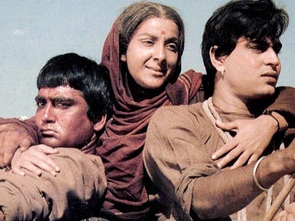 नर्गिस: जिस औलाद के लिए मां पूरी दुनिया से लड़ जाती है, समाज के भले के लिए उसी औलाद को न्यौछावर भी कर सकती है। मदर इंडिया में नर्गिस का क़िरदार ऐसी ही मां का था। ये रोल नर्गिस के करियर की सबसे शानदार परफॉर्मेंसेज में से एक होने के साथ हिंदी सिनेमा के लिए भी यादगार  है। बेटों के रोल निभाए राजेंद्र कुमार और सुनील दत्त ने।