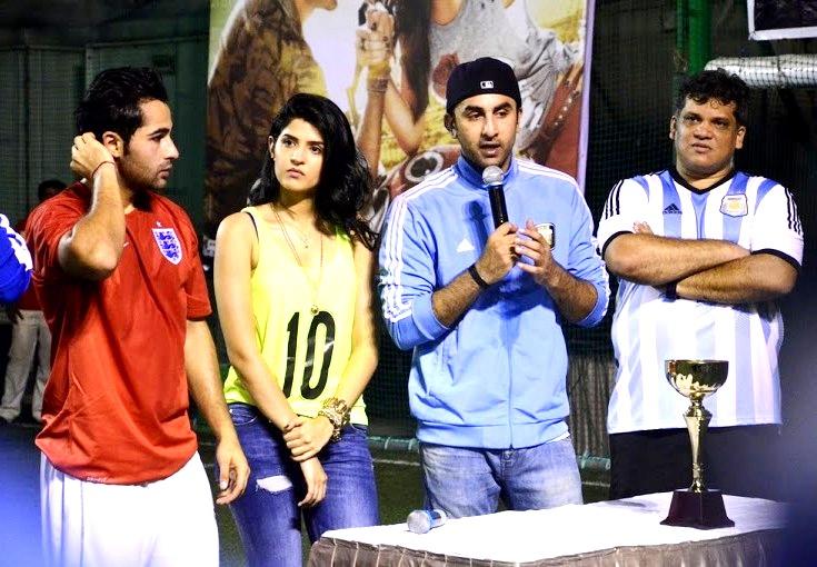 फुटबॉल मैच के दौरान अरमान, दीक्षा, रणबीर और आरिफ़।
