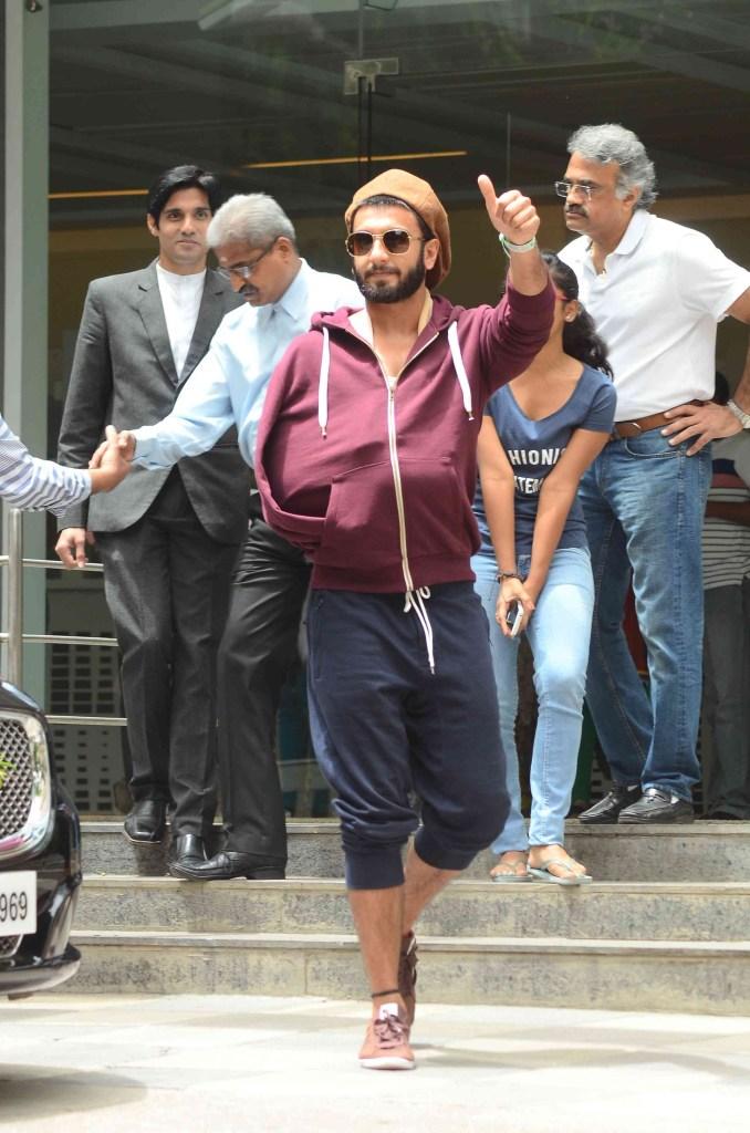 मुंबई में हॉस्पिटल से डिस्चार्ज होने के बाद रणवीर सिंह.