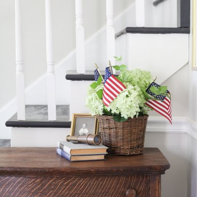 An Easy 4th of July Flower Arrangement