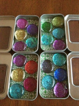 Glitter magnets in tins