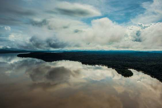 Starting in Mato Grosso State, the Tapajós River winds through western Pará State for 800 km until it empties into the Amazon River in Northern Brasil. In its current state, it is already minimally protected by a mosaic of 10 conservation units and 19 indigenous communities who are depending on the biodiversity that the river provides.