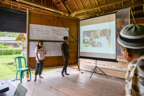 Eka and Rejeki presenting their stories.