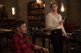 """Supernatural --""""Who We Are"""" -- SN1222a_0163.jpg -- Pictured (L-R): Jensen Ackles as Dean and Elizabeth Blackmore as Toni Bevell -- Photo: Diyah Pera/The CW -- © 2017 The CW Network, LLC. All Rights Reserved"""