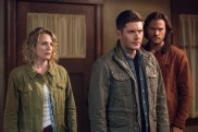 """Supernatural --""""All Along the Watchtower"""" -- SN1223b_0081.jpg -- Pictured (L-R): Samantha Smith as Mary Winchester, Jensen Ackles as Dean and Jared Padalecki as Sam -- Photo: Dean Buscher/The CW -- © 2017 The CW Network, LLC. All Rights Reserved"""