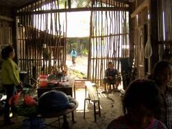 Laos Muang Sing Interior de una casa - Muang Sing by bike, lost in Luang Namtha