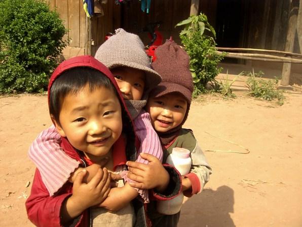 Laos Muang Sing Niños jugando en la calle - Muang Sing en bicicleta, lo mejor de Luang Namtha