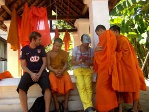 Luang Prabang - Charlando con monjes