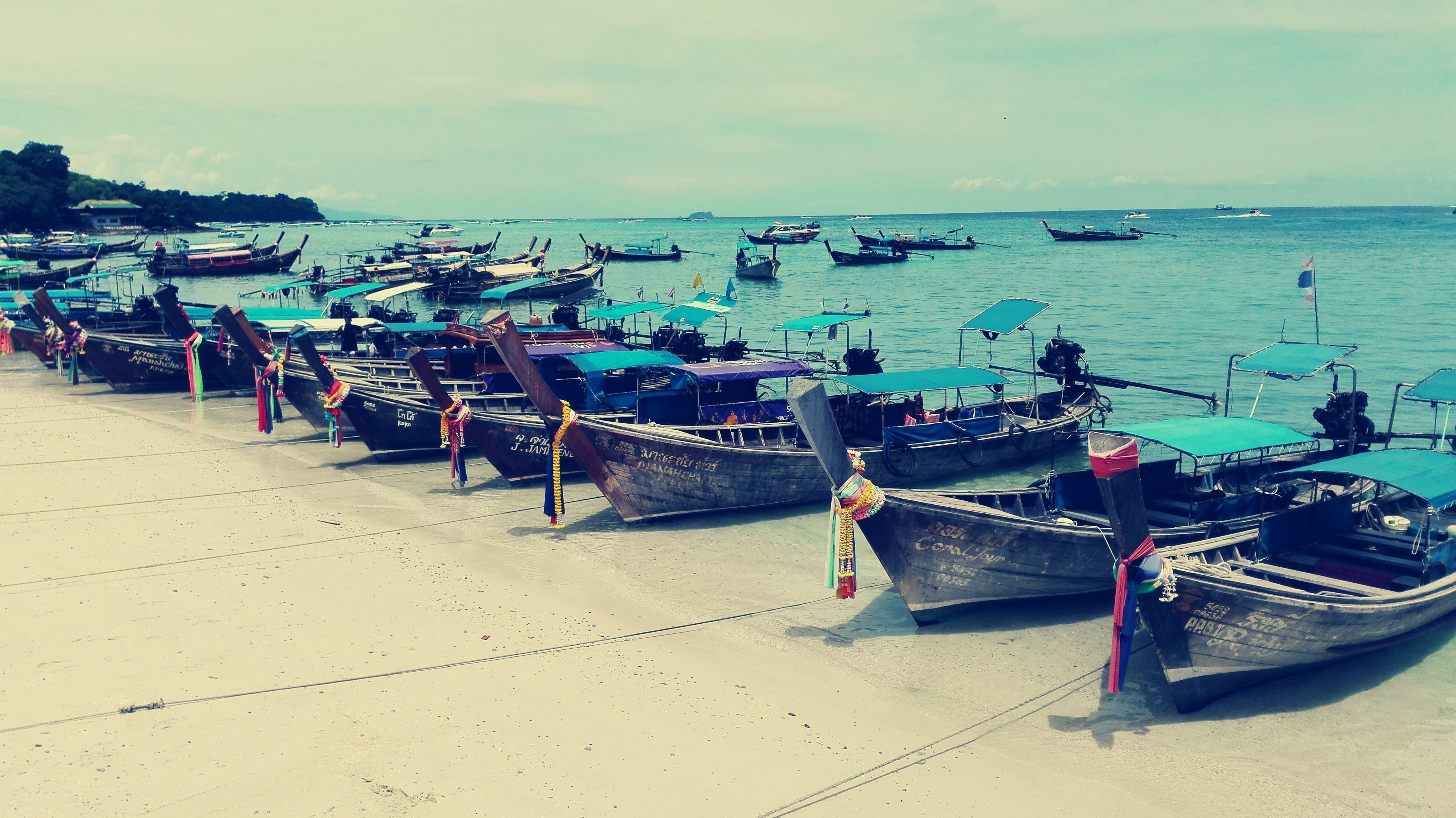 Tailandia Barcos de Koh Phi Phi - Koh Phi Phi, the most famous beach in the world