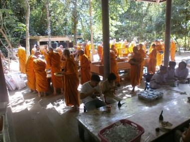 Meditación Vipassana - Hora de comer en Wat Suan Mokkh