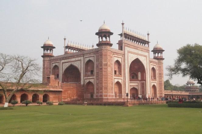 Taj Mahal Puerta Principal 500x333 - La curiosa historia del Taj Mahal: amor, simetría y sacrificio