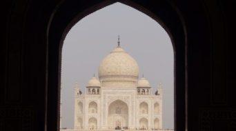 Taj Mahal Puerta de entrada 500x278 - La curiosa historia del Taj Mahal: amor, simetría y sacrificio