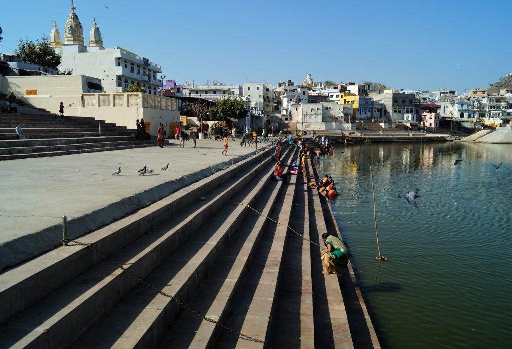 Pushkar Peregrinos bañándose en el Lago de Pushkar 1 1024x697 - Visita a Pushkar: los 5 mejores lugares que ver