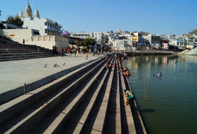 Pushkar Peregrinos bañándose en el Lago de Pushkar 1 1024x697 - Visiting Pushkar; the 5 best things to do and see