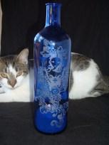 Blaue Flasche mit Frau