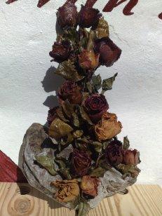 Schwemmholz mit Rosen