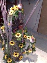 dekorative Giesskanne mit Sonnenblumen