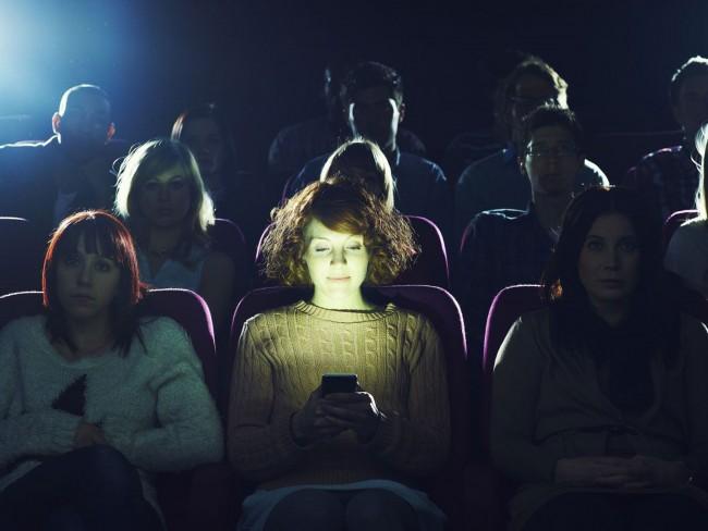sinemada-telefona-bakmak