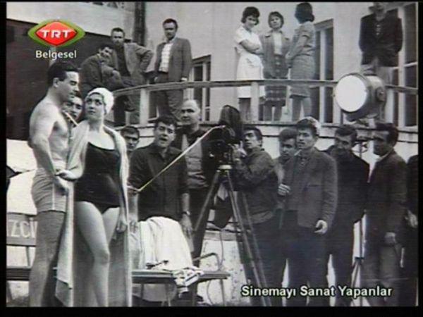 Acı hayat filminin kamera arkası. Ayhan Işık ve Nebahat Çehre dışında Metin Erksan, Ali Uğur ve Tunç Başaran var.