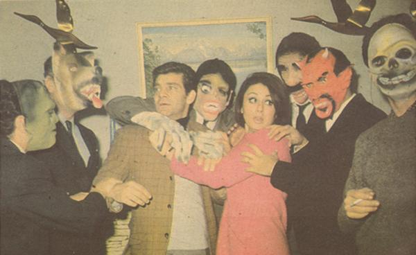 Kadın Kasabı (1968)  filminden Sema Özcan ve Ekrem Bora maskelilerin arasında