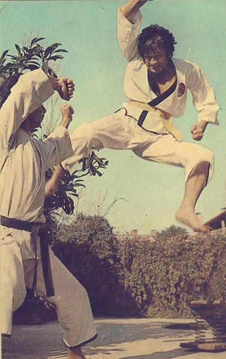 Tahminen 80lerden bir karateci Cüneyt Arkın