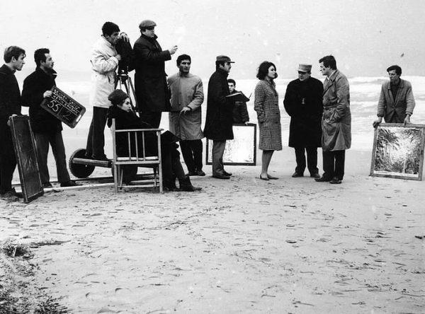 Müşfik Kenter ile Sema Özcan 'Sevmek Zamanı' film setinde Metin Erksan ve set ekibiyle birlikte, Büyükada, 1965
