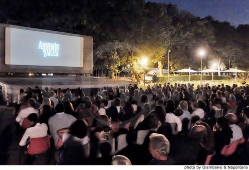Roma Turk Filmleri Festivali,  Ataturk Havaliman'inda yasanan teror saldirisinda hayatini kaybedenler icin saygi durusu ile basladi. Bu yil 5. duzenlenen festival 3 Temmuz'a kadar surecek.