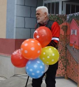 """Türk filmlerinde """"kötü adam""""ı oynayan İhsan Gedik'in arkadaşları ile kurduğu tiyatro grubu, Amasya'da çocuklar için gösteri sundu  ( Murat Demirci - Anadolu Ajansı )"""